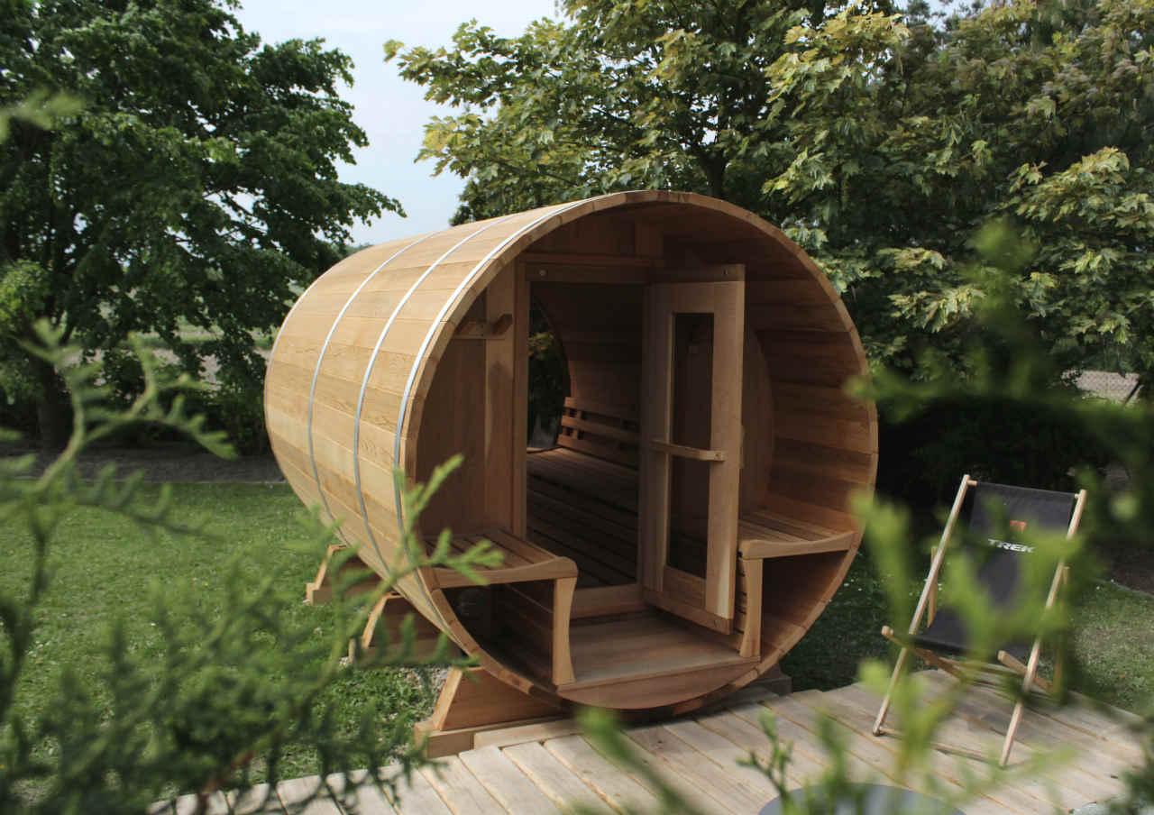 cedrowa sauna w ogrodzie