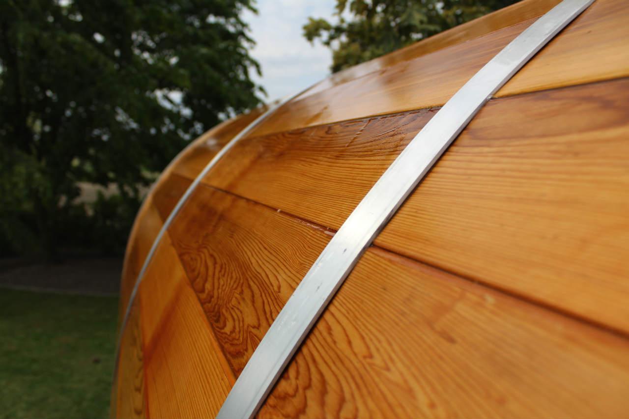 drewno cedrowe nawilżone woda, po deszczu