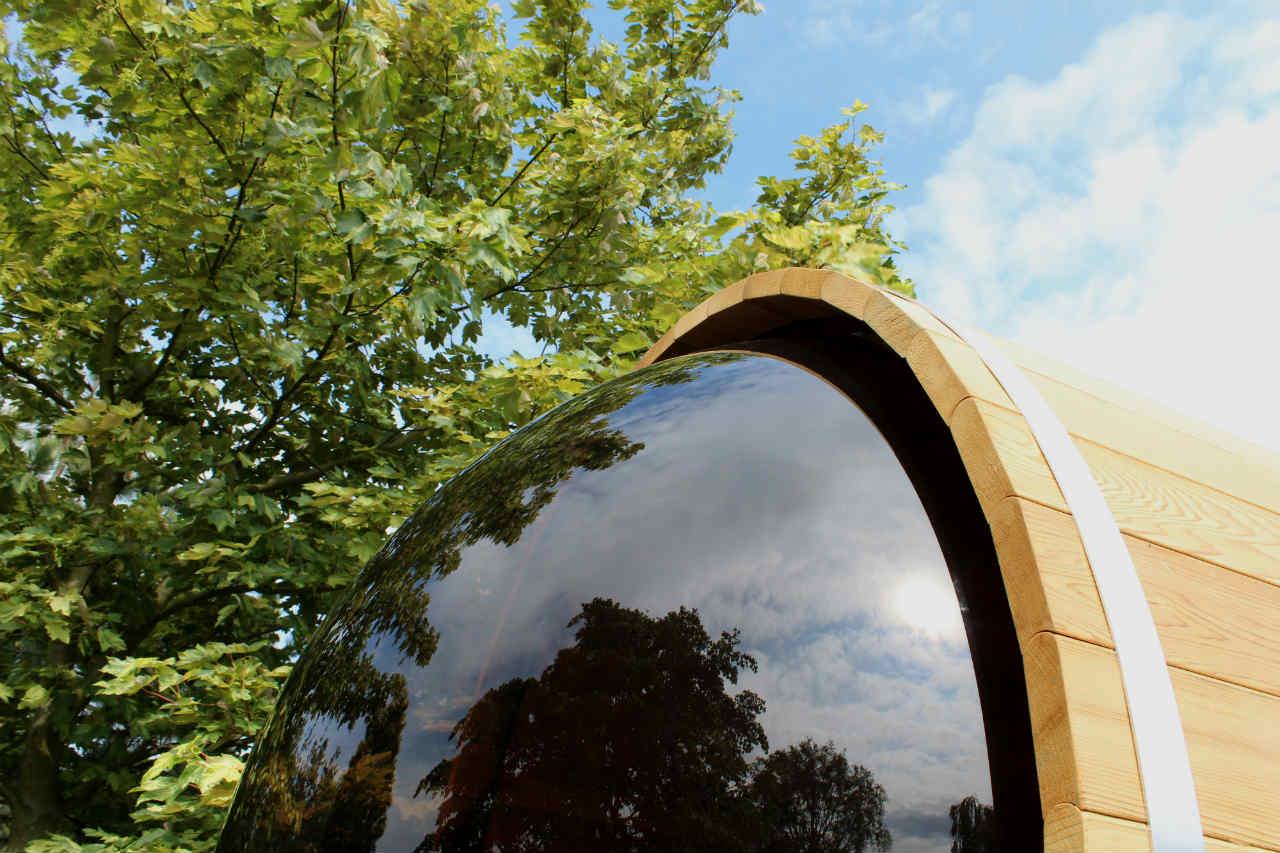 okno panoramiczne w saunie ogrodowej
