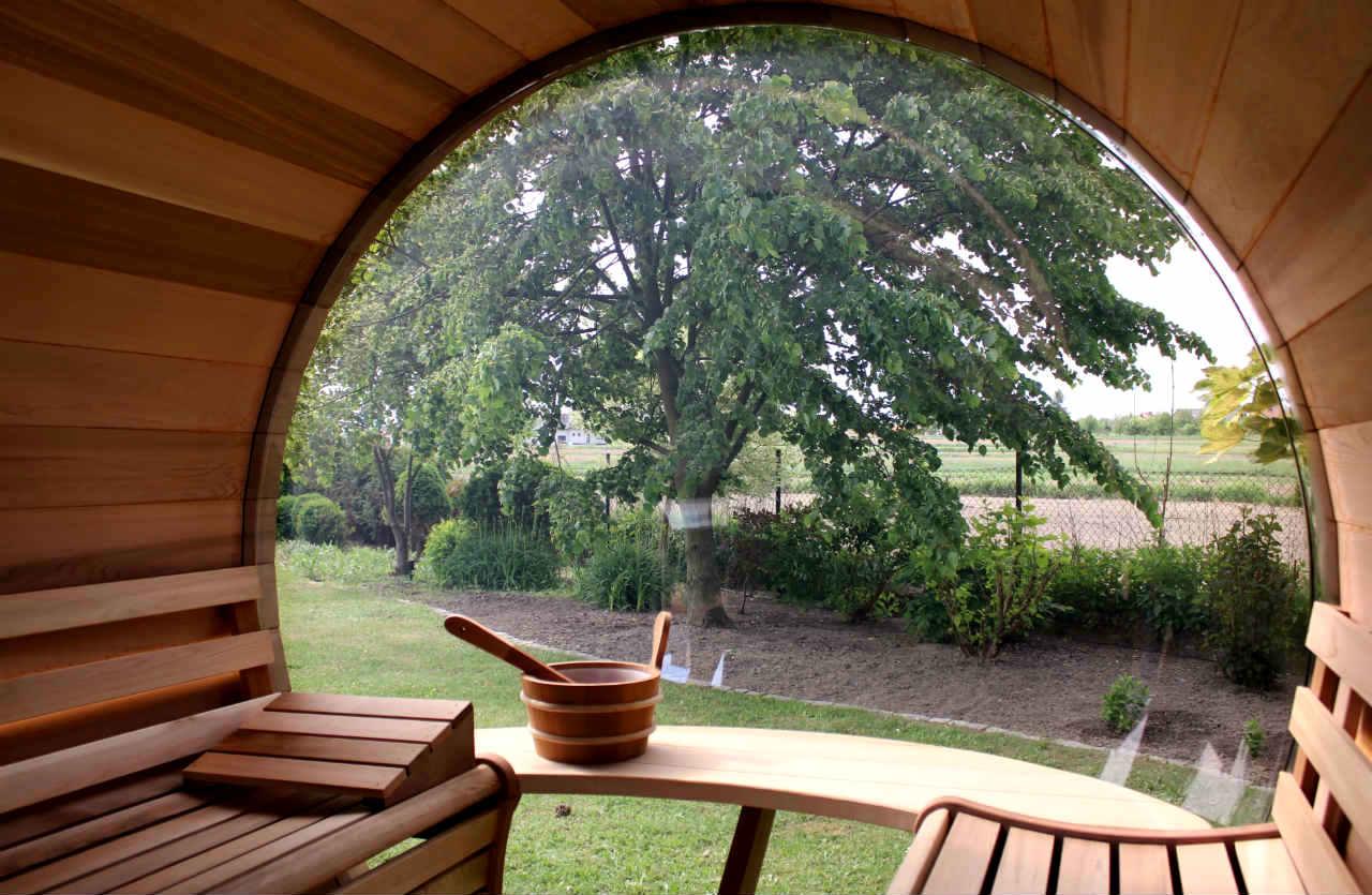 wnetrze sauny ogrodowej z cedru
